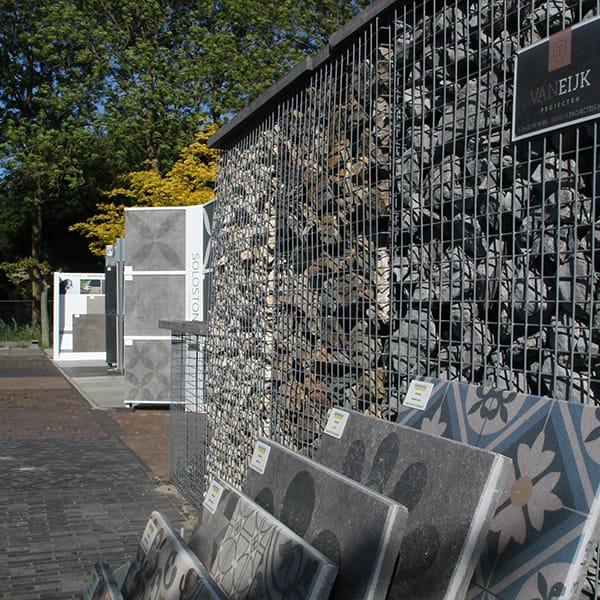 Showtuinen betonnen tegels en natuursteen keien