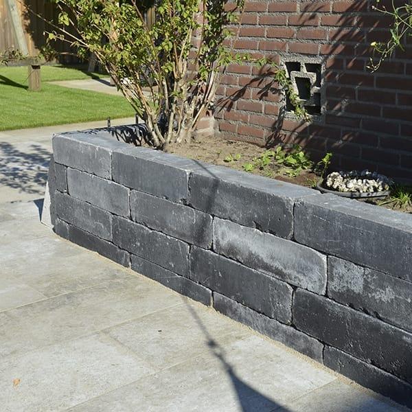 Antraciet betonnen stapelelementen muur