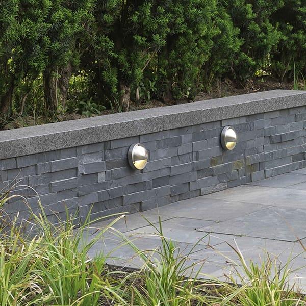 Muurtje natuursteen blokken met natuursteen afdekrand