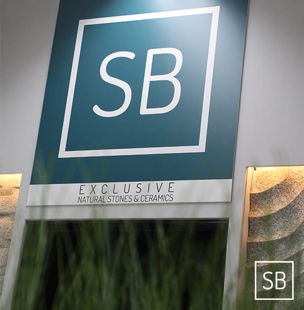Sfeerfoto van het Stone base exclusive logo in de showroom