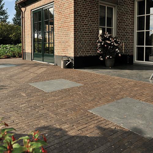 Terras met straatbaksteen en natuursteen tegels